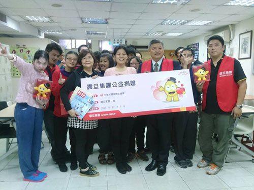震旦OA中正分公司江震吉資深經理(前排右三)率團隊代表集團捐贈辦公家具,由中華民國自閉症總會潘怡伶秘書長(前排右四)代表受贈。