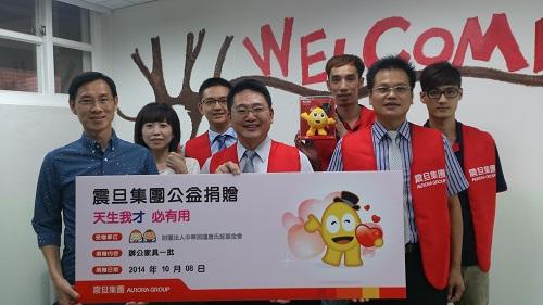 震旦OA 資訊工程 楊錫吟總監(中) 率團隊代表集團捐贈    辦公家具,由唐氏症基金會董事長林正俠 (前左一)受贈。