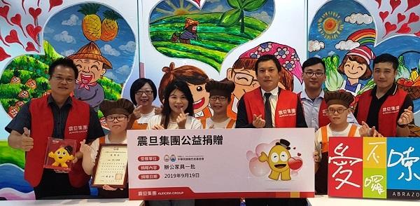 此次捐贈由震旦OA新莊分公司吳金龍經理代表集團捐贈辦公家具
