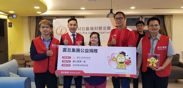 此次捐贈由金儀景美分公司洪寬盛經理代表集團捐贈辦公家具