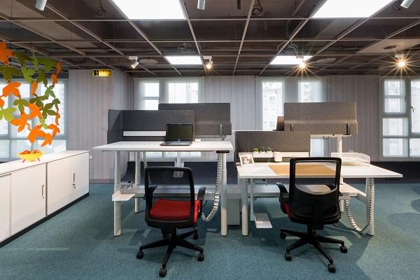 2020台灣精品獎的UP!升降桌系列,模組化設計囊括職員空間及會議空間,滿足各種工作組織應用。