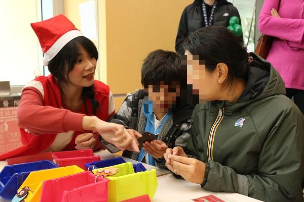 震旦志工細心指導小朋友製作鑰匙圈,完成超有成就感!