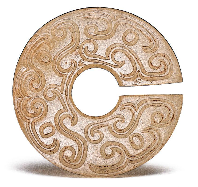 春秋早期 玉玦 此器包含四個雙線虺龍紋,以玦口為中軸作對稱性的排列。(圖二)