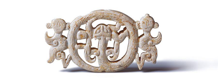 戰國時期 鏤空人龍形玉飾 主龍盤環於中間,二位羽人依附左右,形成對立式的組裝。(圖二)