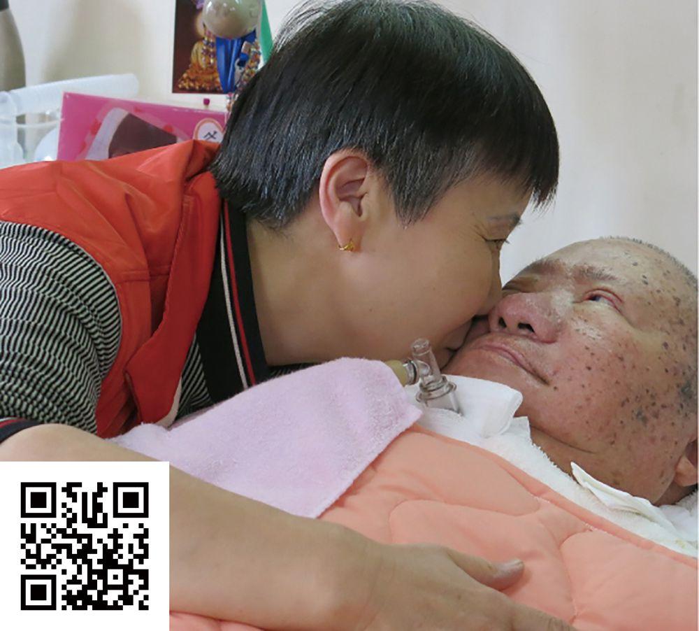 漸凍人家屬親吻病友,協會透過提升病友醫療照顧,減輕病友家屬身心靈的負擔,進而增進病友及家屬間相互扶持與鼓勵。