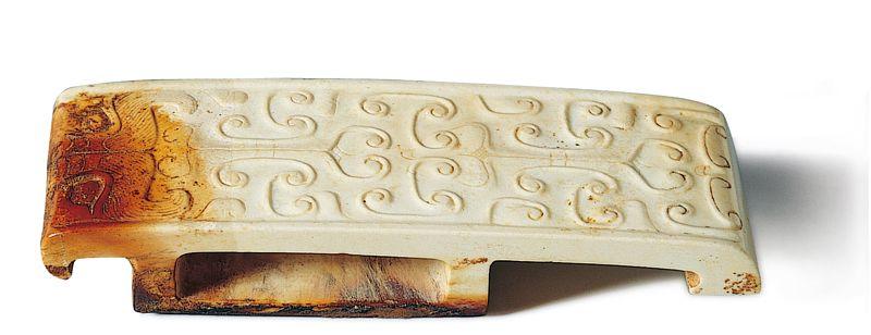 西漢 玉劍璏 此器包含獸面和浮雕雲穀紋,組裝成高空俯視下的爬行動物。(圖二)