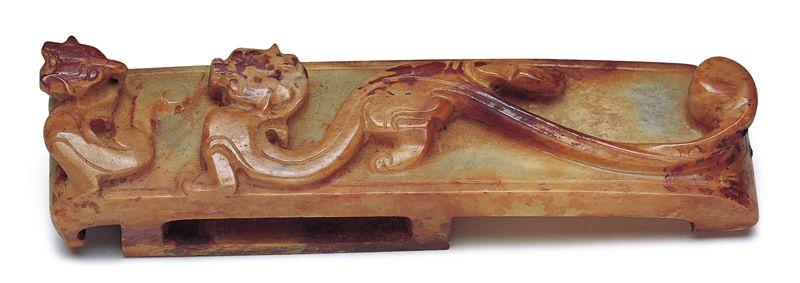 西漢 玉劍璏 劍璏上方的高浮雕螭龍紋,以高度不均的落差強化龍紋的動感。(圖四)