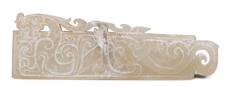 西漢 玉劍璏 此器保留主體外側的邊料,透雕出廓紋飾,增加造型的變化。(圖五)