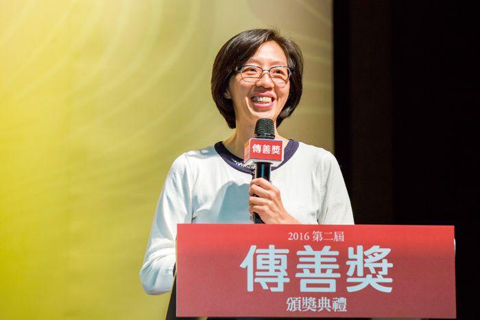 2015第一屆傳善獎得獎機構現代婦女基金會副執行長林美薰於典禮分享得獎後機構的轉變,並期許所有機構都能 Think Big、Dream Big。