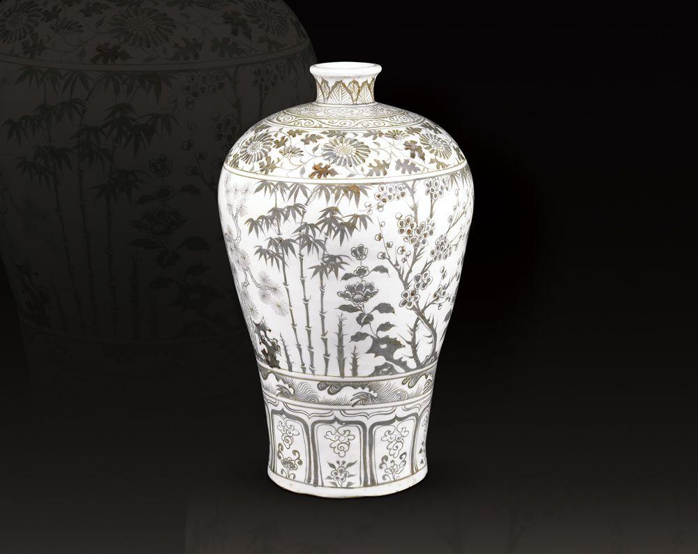 明洪武 釉裏紅蕉石三友紋梅瓶 高36公分/震旦博物館提供