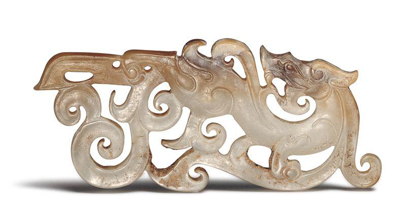 漢代.龍紋玉佩 此器以長方形玉料製作,龍身拉長為波浪狀,其餘玉料透雕為鬃鬣和長尾。(圖二)