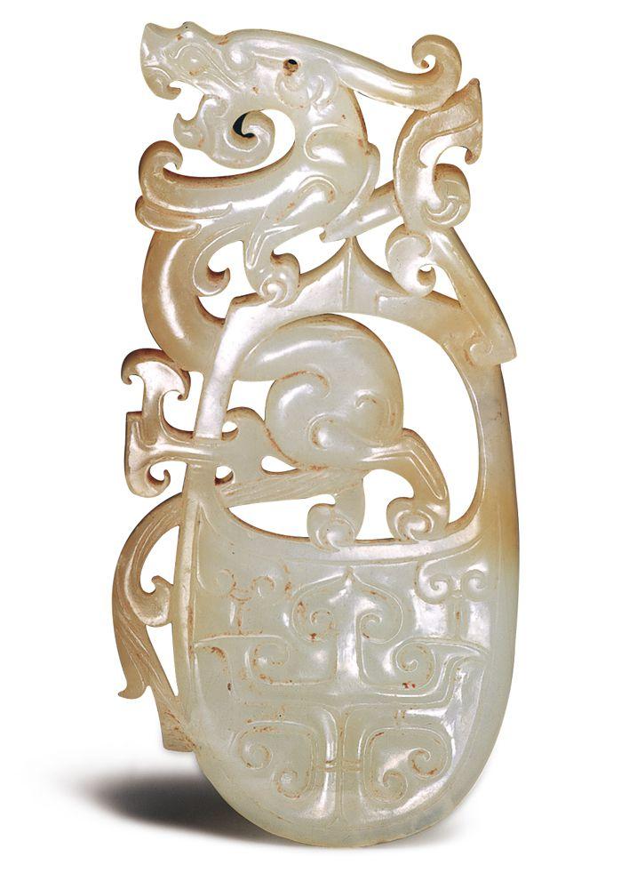 漢代.龍紋韘形佩 此器運用韘形佩內孔與外側的玉料,透雕為直立式的龍紋,成為突破傳統的設計。(圖五)