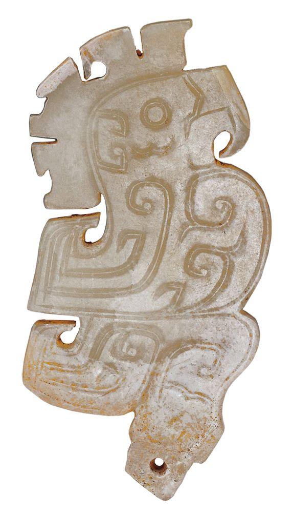 商代晚期 玉鳥 相似的玉鳥在婦好墓中也曾出現,由足爪下方附有穿孔的插榫可知,玉鳥是榫接在其他器物上, 可能是作為具有神權象徵意義的禮器組件,或是權杖上端的插件。