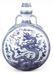 明永樂 青花葫蘆扁瓶 此器以回紋為框,框內龍紋自成一個畫面,呈現前後對稱的狀態。(圖四)(照片來源:中國名陶日本巡回展)