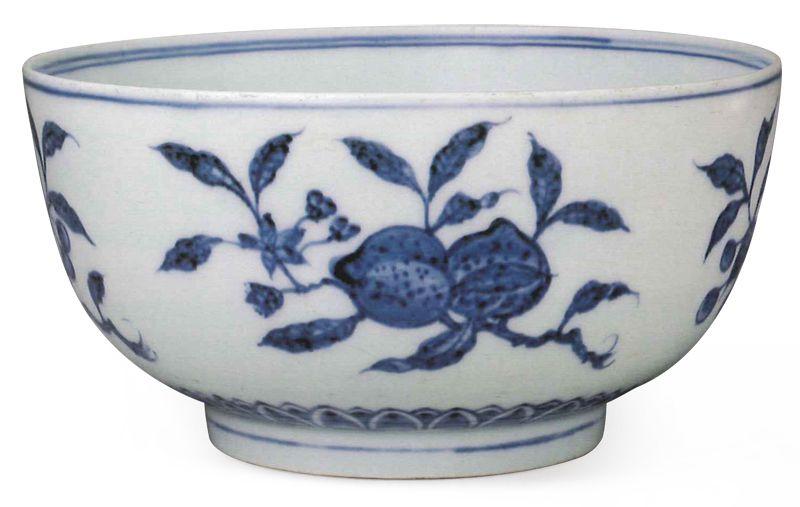 明永樂 青花花果紋碗 碗外繪畫四株折枝果紋,以斜角    左右的形態平均分布,風格輕巧靈活。(圖五)