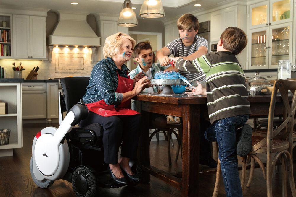 智慧輪椅WHILL加大前後輪的輪徑,提供更舒適的行進感受,同時對地面環境多樣性,有著更好地適應能力