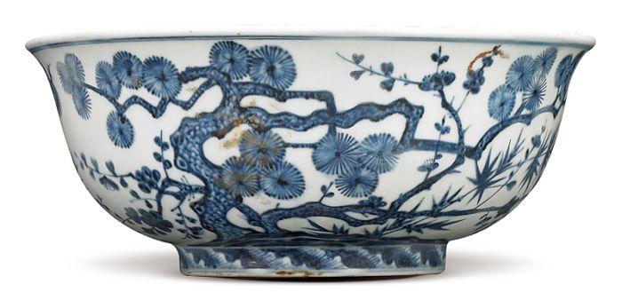 明宣德 青花松竹梅紋碗 碗的外壁繪畫松樹、竹子及梅樹,以橫斜擴展、左右相鄰法環繞一圈。(圖五)  五、松竹梅紋