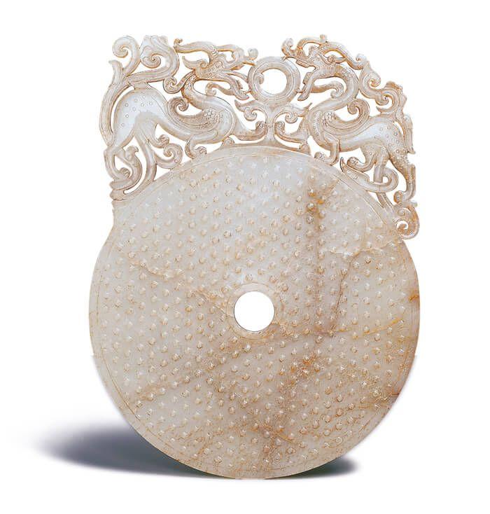 漢代.雙龍紋出廓璧 ; 圓璧上方保留邊料透雕雙龍,以精熟的鏤空和凹弧面技法表現出圓雕般的效果。(圖五)