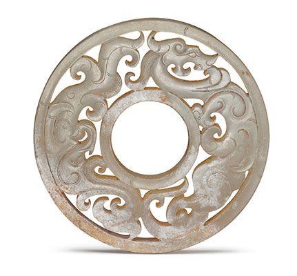 【漢代.龍鳳紋玉璧】龍鳳紋首尾相接,順著器面旋轉,形成環繞相隨的設計。