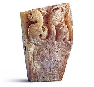 【漢代.龍鳳紋劍珌】此器包含二個高浮雕龍紋和一個淺浮雕鳳鳥,形成三紋共構的設計。
