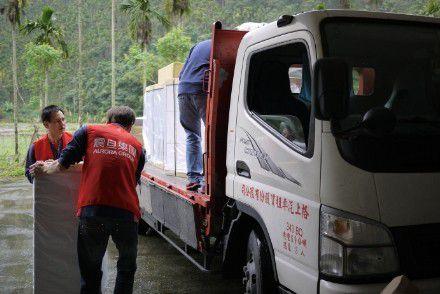 服務團隊捲起袖子將辦公家具從貨車上小心翼翼的搬至預定的空間。