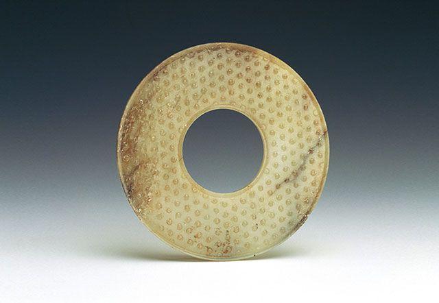 傳統圓璧呈「內圓外圓」之狀,表面布滿規律性的紋樣,來呼應簡潔的造型。(圖一)