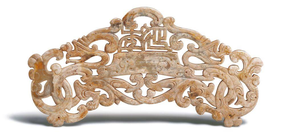 漢代.延年雙龍珩 此器鏤空二龍相背撐起梯形台座,座上透雕「延年」二字,成為寓意吉祥的文字珩。(圖五)