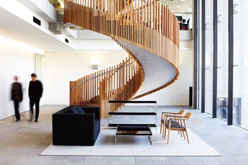 深澤直人設計的廣島椅,融入丹麥設計師Hans Wegner的經典椅款「The Chair」