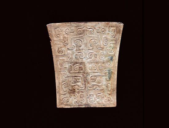漢代.玉劍珌 器表紋飾由陰刻線紋和緩坡面所構成的稜線組成,以寬線斜坡紋表現四足趴臥的獸形紋。(圖一)
