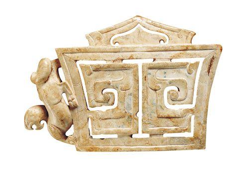 漢代.鏤空螭紋劍珌 主體內部以對稱性鏤空突顯幾何式的形狀,旁邊用圓雕技法琢製螭龍,別有一番趣味。(圖四)