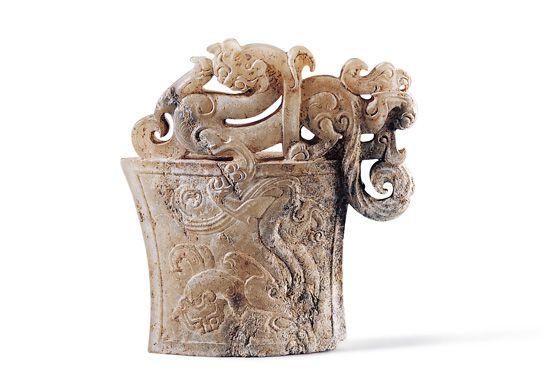 漢代.螭鳳紋劍珌 此器保留較多邊料透雕龍鳳紋,生動立體的表現逆轉了形紋之間的主副關係,成為視覺主角。(圖五)