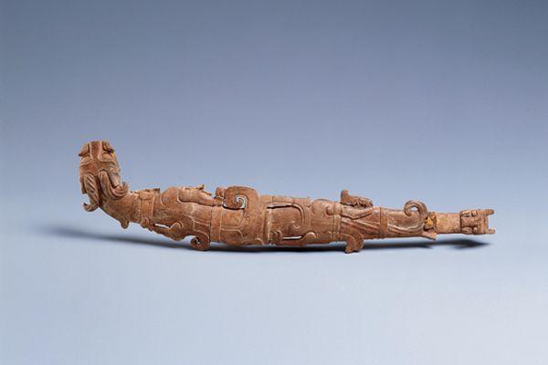 漢代.玉帶鉤 此件雙龍首帶鉤以一條鐵絲貫串多塊玉石而成,組接精準,形態生動有趣。(圖四)