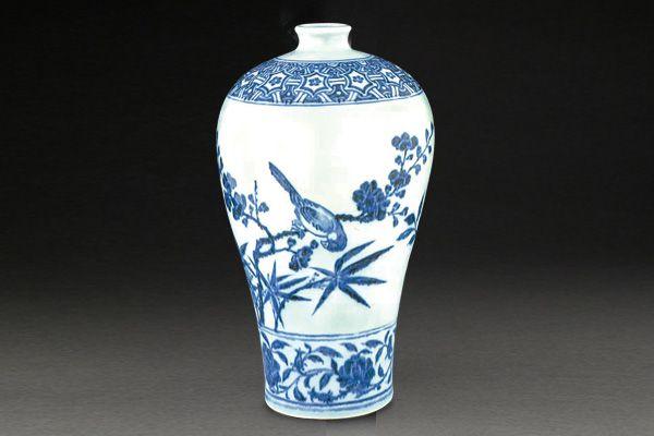 明永樂.青花梅瓶 花卉的枝葉採大 V 字形開展,下方以竹葉和鳥紋牽引觀者的視線,是配合造型的設計。(圖二)圖片來源:大英博物館藏