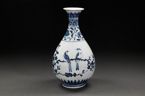 明永樂.青花玉壺春瓶 瓶身最寬處繪畫花葉,襯托中間呈 V 形構圖的雙鳥,產生輕盈而溫馨的畫面。(圖三)