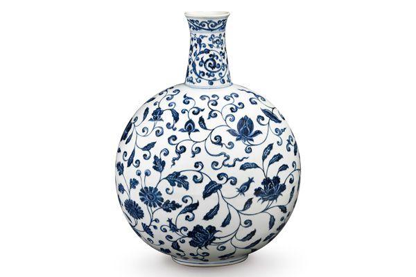 明永樂.青花扁壺 扁壺造型模仿伊斯蘭金屬器,表面繪畫中國傳統紋飾, 組成中西合璧的風格。(圖五)