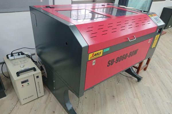 導入多元化「雷射切割雕刻機」專業設備課程。