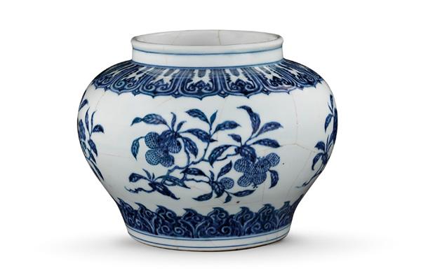 (圖三)明永樂.青花罐 青花罐的腹部寬闊,折枝花果紋在果實與基本枝葉外, 添加一些花朵,增加紋飾的豐富性。