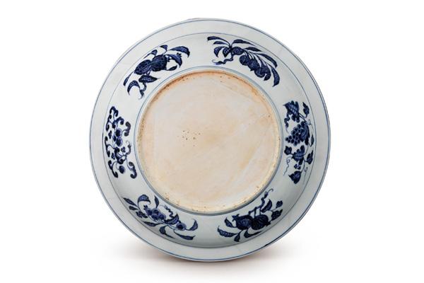 (圖五)明永樂.青花盤 折枝花果紋環繞盤壁一周,枝葉往兩側伸展,是配合窄長的器面所作的設計。