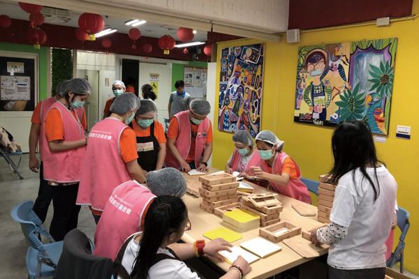 連紙盒都是手工折的,唐寶寶們的專注與堅持令志工們佩服
