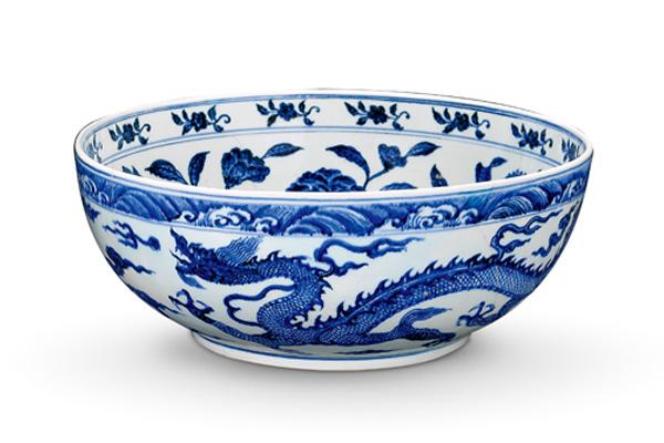 明永樂.青花大碗 此碗外壁繪畫海水波濤紋與龍紋,龍紋配合碗的器面, 作跨步前行的遊走狀。(圖三)