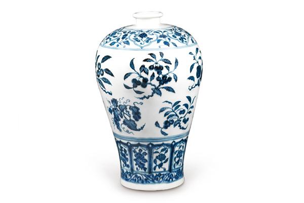 明永樂.青花梅瓶/此器以折枝花果為主題,因為腹部寬長、紋飾卻小, 所以採上下二排的形態布局。(圖二)