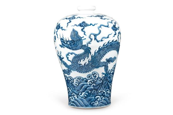 明永樂.青花梅瓶/此器採通景式的畫法,上有雲紋,下有波濤, 龍紋居中,營造登天潛淵的神性。(圖三)