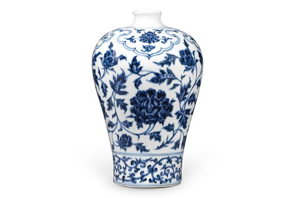 明永樂.青花梅瓶/此器以大型如意雲頭紋搭配纏枝牡丹,提供枝葉延伸的 空間,近底部以卷草紋穩定視覺重心。(圖四)