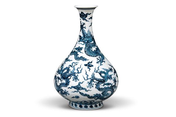 明永樂.青花玉壺春瓶 此器包含五個龍紋,以群體式的組合搭配瓶身的寬窄變化,營造廣闊的天空。(圖五)