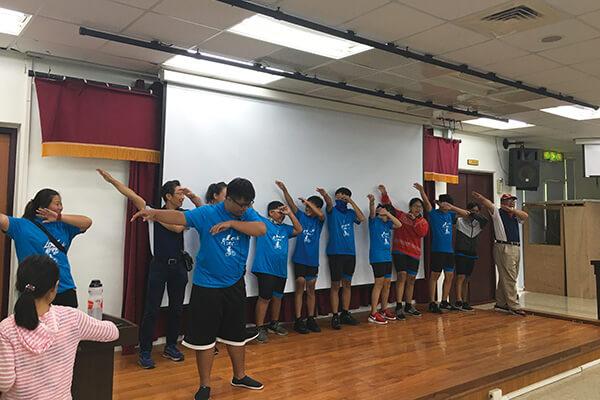 震旦志工和孩子們一起發想隊呼,展現活力十足的熱情!