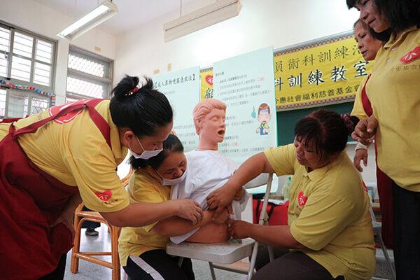 介惠基金會定期舉辦在地婦女照顧訓練課程,目前有近70多位中高齡及二度就業的婦女投入在地照顧服務工作。