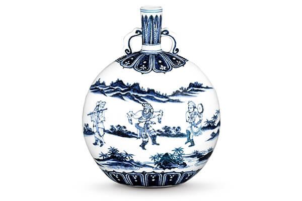 (圖五)明永樂.青花直口雙耳扁壺/此器以大量留白配合前景、中景及後景的三段式布局,呈現中國水墨畫的風格。