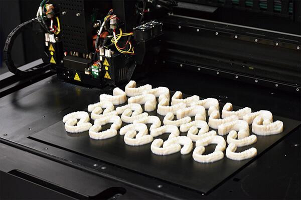 震旦持續發展3D列印解決方案,從工業應用延伸至醫療級應 用(如:齒模)。