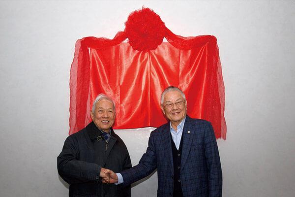 陳永泰創辦人(右)與北京大學李伯謙教授出席揭牌儀式