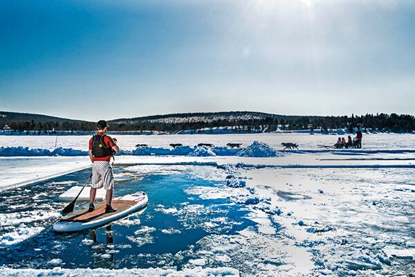 部分融雪而成的水域,還可以體驗站立式划槳(SUP)的樂趣。Photo Markus Alatalo